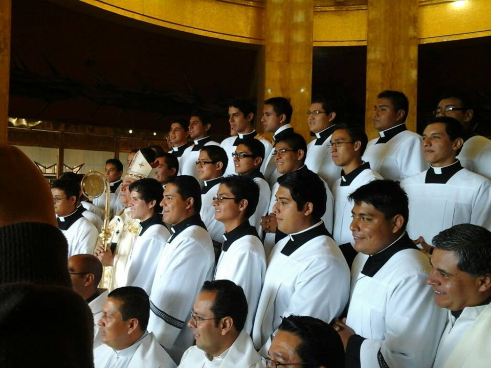 Reciben sotana jóvenes seminaristas